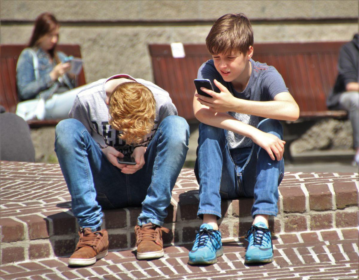 Vacanze estive e sovraesposizione dei bambini con i cellulari. Il rischio aumenta