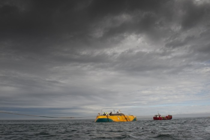 Un Penguin de 30 metros de largo flota en alta mar. El dispositivo estanco en su interior gira gracias al movimiento del agua./Foto: Wello