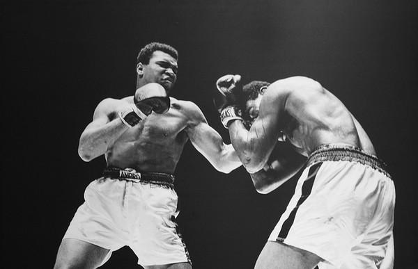 Combate entre Muhammad Ali y Ernie Terrell en Houston, 1967. Algunos médicos y profesionales de este deporte opinan que eliminar el casco para los púgiles olímpicos (aficionados) es un error, puesto que no poseen necesariamente la experiencia necesaria para protegerse con su propia técnica. Imagen: Cliff