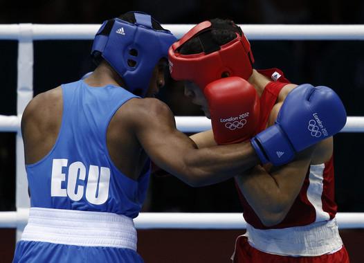 La supresión del casco en Río 2016 solo se aplicará en los hombres. En la foto, combate entre el ecuatoriano Carlos Góngora Mercado (azul) y el kazajo Adilbek Niyazymbeto. Imagen: EFE