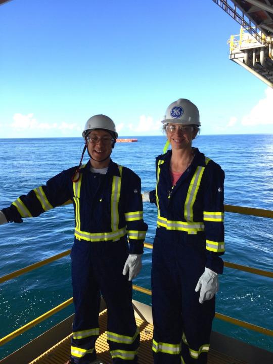 Arriba: Guzzo (derecha) y su colega Liu Shaopeng en el Golfo de México. Crédito de la imagen: Judith Guzzo. Top: Instalación submarin del sensor mediante un ROV. Crédito de la imagen: Oceaneering.