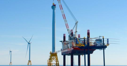 Cinco turbinas Haliade en el primer parque eólico marino de Estados Unidos cerca de Block Island, Rhode Island. Crédito de la imagen: Deepwater Wind.