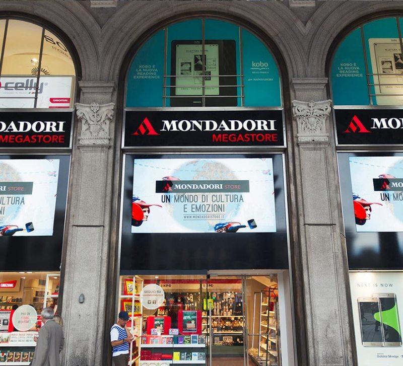 Sovra vetrine digitali banner led digital shoccasse Mondadori Duomo circuito Digital Signage DOOH