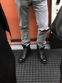 Metro Madrid - LÍNEA 1 - pantalones rotos y botas! Dentro de poco por ahí se colara el frío que tanto ansiamos ya.