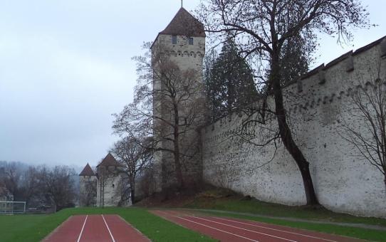 s'Drooni über der Musegg Mauer in Luzern