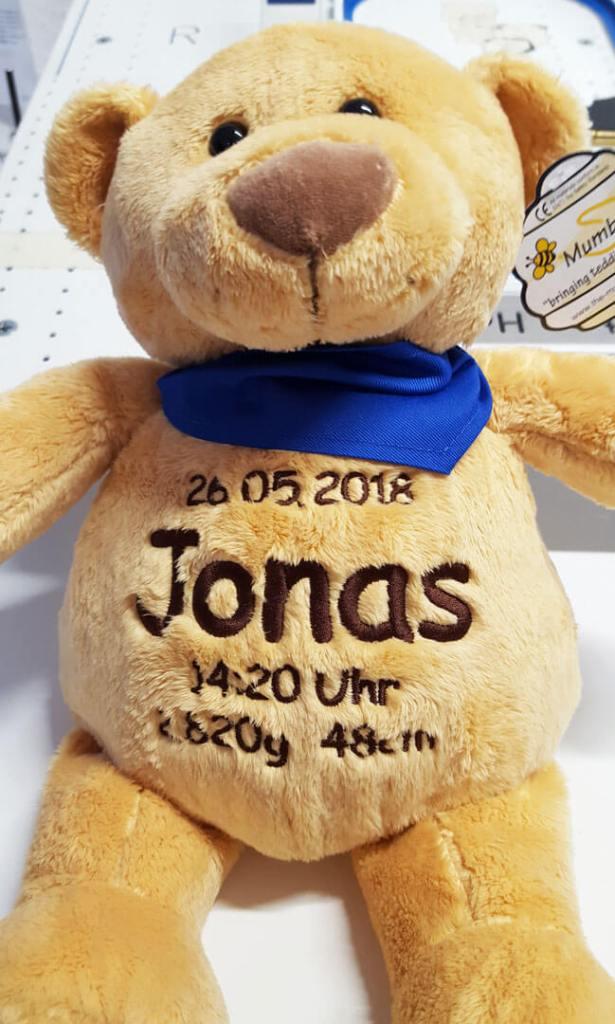 Teddy mit Namen und Geburtsdatum bestickt