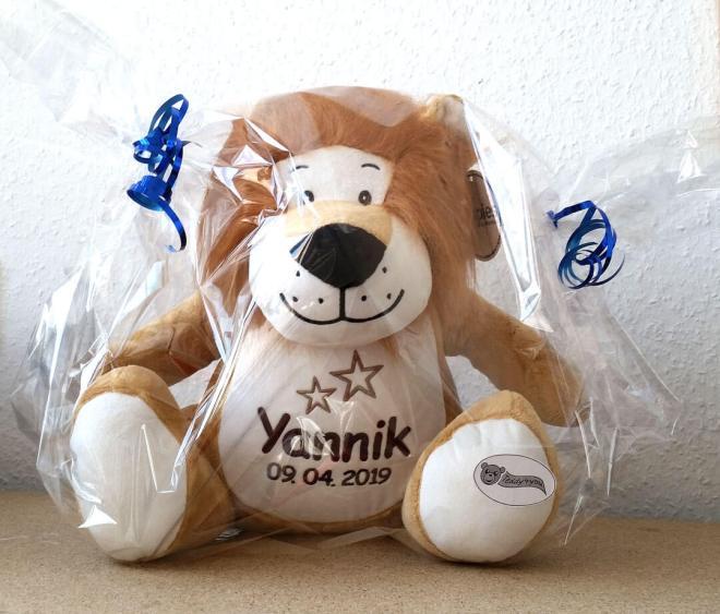 Plüschtier Löwe mit Namen in Geschenkfolie verpackt