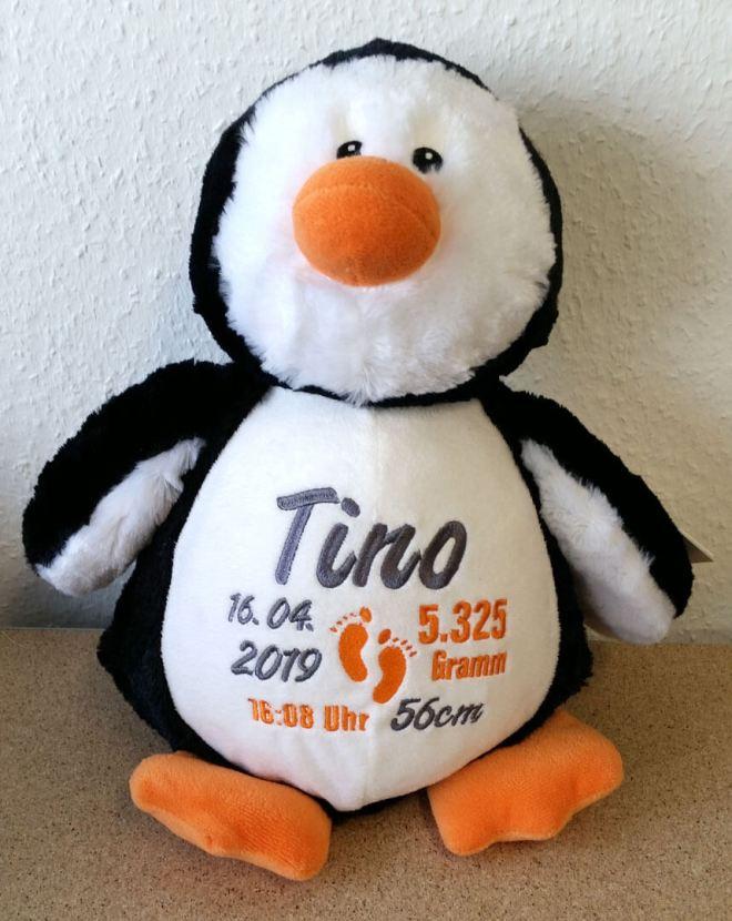 Pinguin mit Namen und Geburtsdaten bestickt