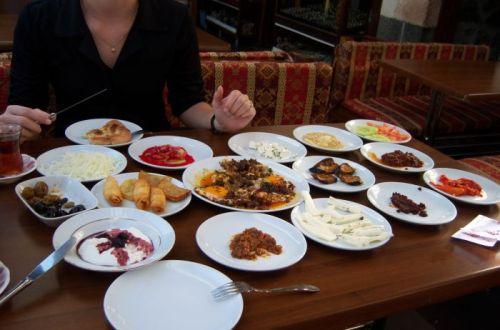 Egy igazi török reggeli a diyarbakıri óvárosban