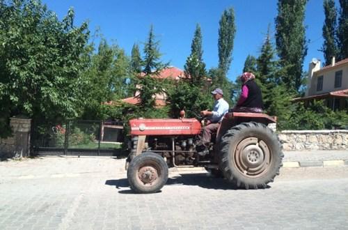 Egy hely, ahol az asszonyok oldalvást ülik meg a traktort