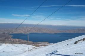 Látkép a sífelvonóról, a távolban egy másik tó sejlik