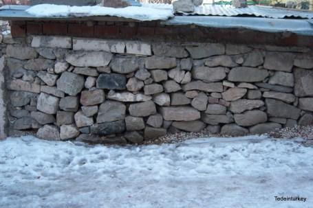 Kőből rengeteg van, így ilyen kerítéseket emelnek a lakók