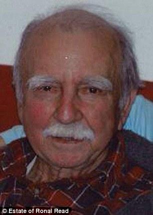 這名92歲阿公當了一輩子「窮警衛」,沒想到他死後家人收到圖書館感謝函,才發現這隱瞞半輩子的驚人秘密!