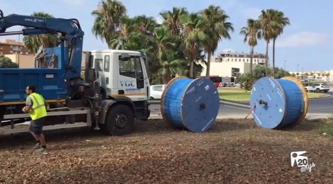 13/07 Cau la càrrega d'un camió a una rotonda de Vila