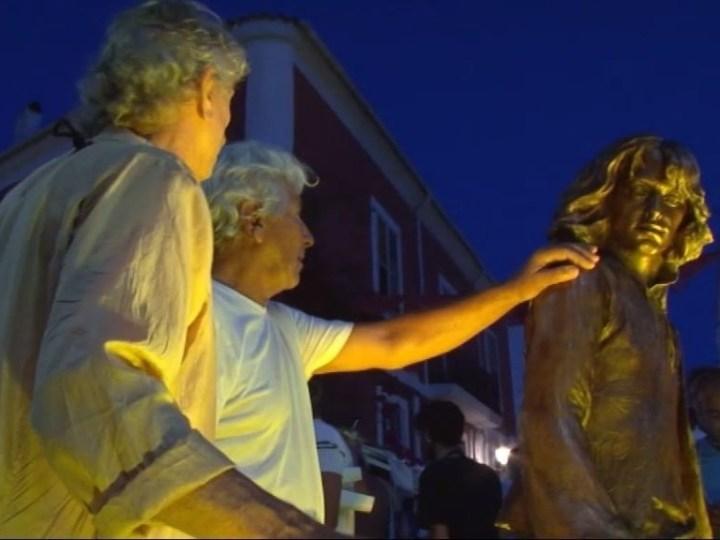 02/08 Una nova escultura al port de Vila ret homenatge al hippie