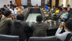 Sejumlah Dosen dan Mahasiswa Tolak Pj. Rektor UHO FOTO : MAS'UD