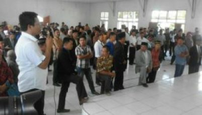 Kepala Bidang Desa Irwan Kara memberikan penjelasan kepada ratusan calon desa sebelum melakukan pemotretan untuk kertas suara FOTO : JUSRAN