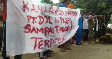 Ratusan masyarakat Kecamatan Langgikima melakukan aski demonstrasi di depan kantor PT.Damai Jaya Lestari, milik seorang konglomerat raja minyak sawit Labora Sitorus,(12/4) FOTO : FA