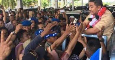 Walikota terpilih Adriatma Dwi Putra saat mendapat sambutan dari warga kota kendari di Bandara halu Oleo Kendari. FOTO : MAS,UD