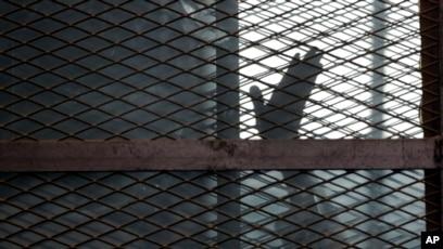 Mahmoud Hussein, jurnalis stasiun televisi Al Jazeera milik Qatar, tiba di rumahnya di Kairo pada Sabtu (6/2) setelah empat tahun mendekam di penjara Mesir. (Foto: AP/Amr Nabil)