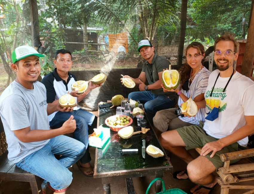 Lindsay Gasik bersama sahabat pecinta durian Jepara