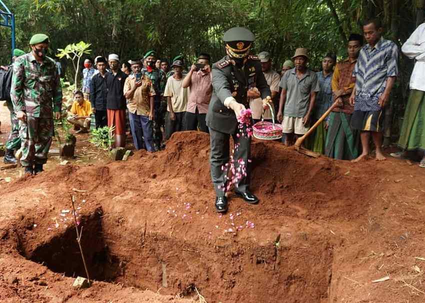 Dandim Jepara menabur buka dalam pemakaman militer