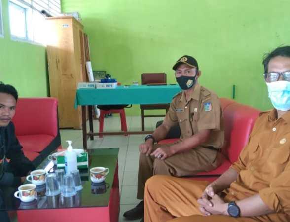 Wawancara di ruang kerja Kepala Sekolah SMPN 1 Wabar, Kasirun, S.Pd
