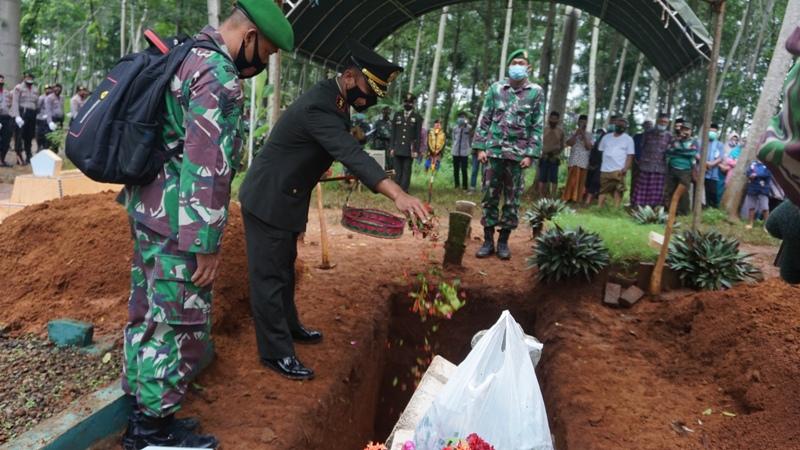 Dandim pimpin upacara militer pemakaman Serka Nur Roin