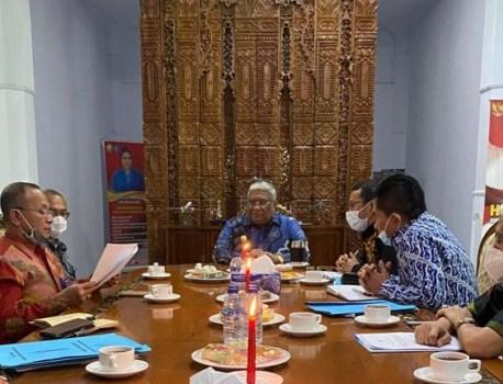 Gubernur Sulawesi Tenggara, H. Ali Mazi, SH., di rumah jabatan Gubernur menerima kunjungan kerja Direktur Jenderal Pembinaan, Pelatihan dan Produktivitas (Dirjen Binalattas), Kementerian Tenaga Kerja Republik Indonesia.