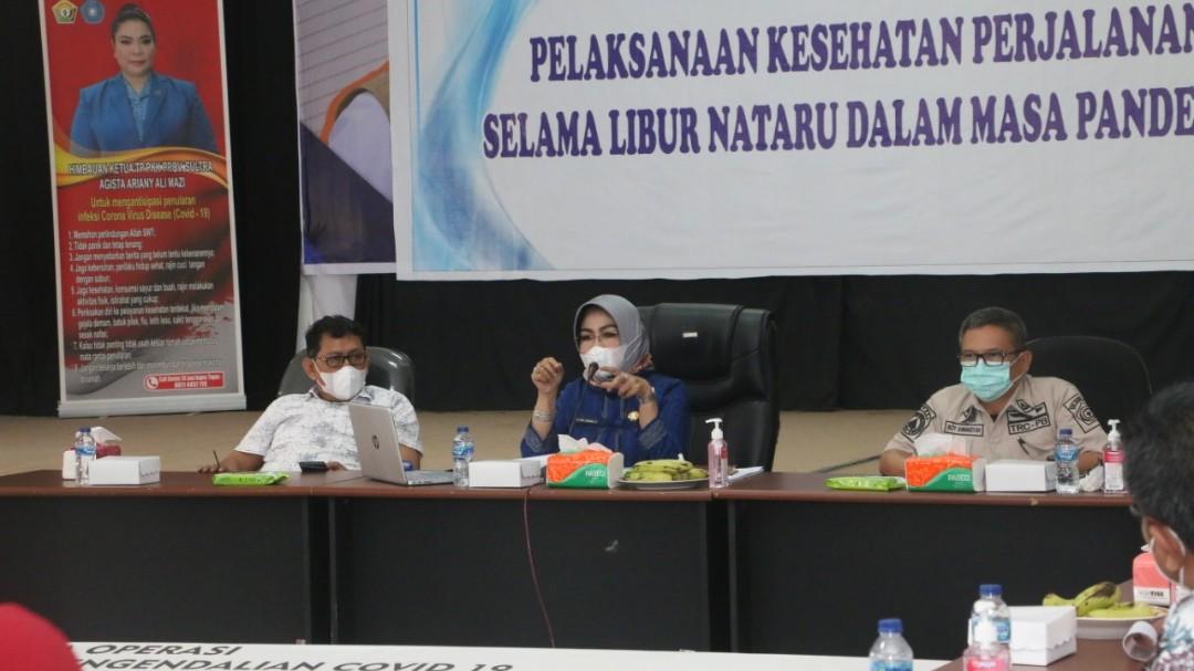 Sekda Sultra, Dr. Hj. Nur Endang Abas, SE., M.Si saat menyampaikan pandangannya dalam rapat evaluasi Satgas Cocid-19