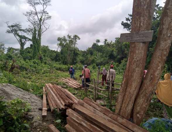 P3KM Muna secara sukarela membangun Balai Pertemuan dan Masjid di kampung Mabuti
