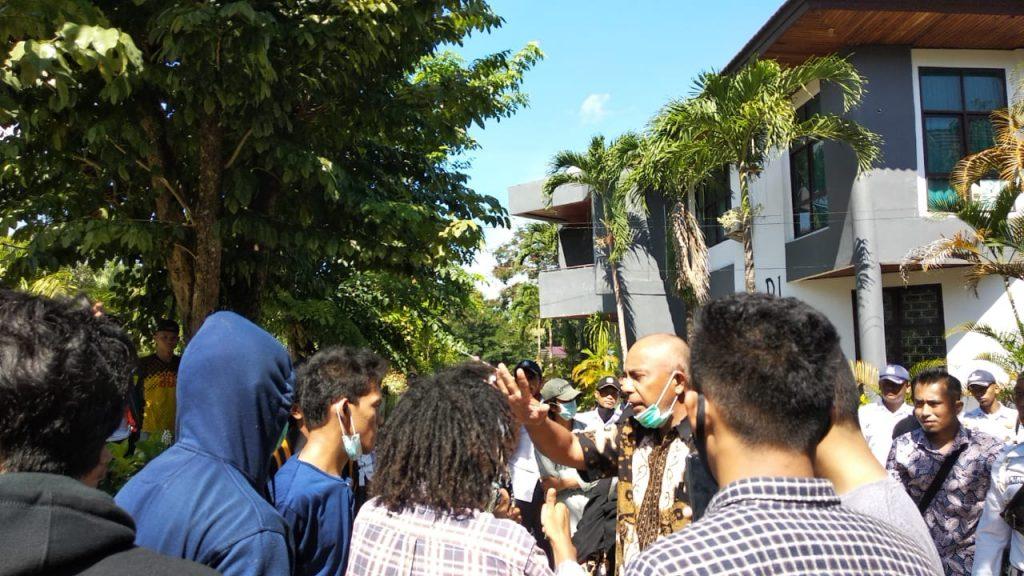 Massa aksi saat bertemu dengan pihak fakultas
