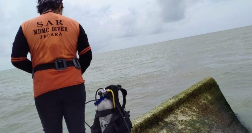 Tim selam MDMC Jepara turun untuk menyelami kapal