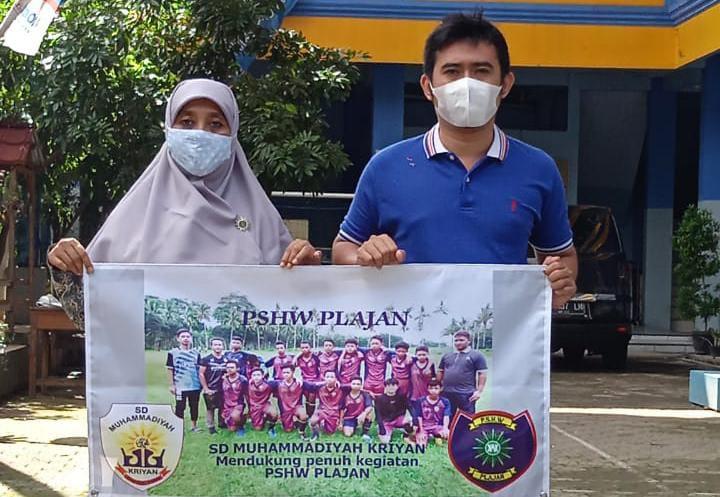 Kepala SD Muhammadiyah Kriyan Muntiasih bersama Lingga Anugraha seusai penyerahan sponsorship