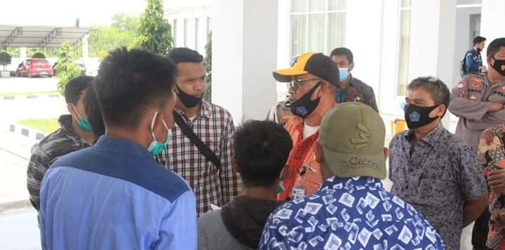 Massa aksi yang diterima oleh Kabag Hukum Sekretariat DPRD Kendari