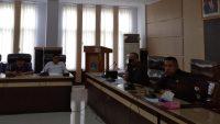 Ketua Komisi III DPRD Kota Kendari, Rajab Jinik saat memimpin RDP terkait dugaan pelanggaran prokes salah satu THM di Kota Kendari