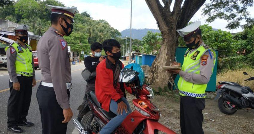 Kasat Lantas Polres Kolut, Iptu Sarif, SH bersama personil menghentikan pengendara roda dua yang tidak memasang plat motornya