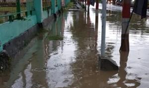 Kondisi Banjir di depan Kantor DPRD Kolaka karena penyumbatan saluran