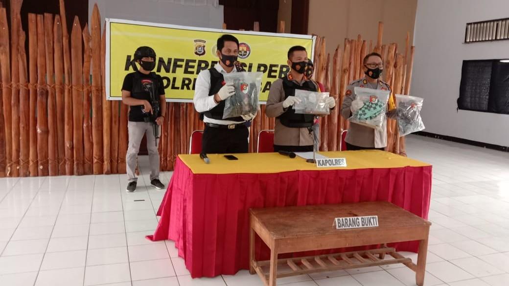 Kapolres Baubau AKBP Rio Tangkari bersama Kasat Reskrim Polres Baubau Akp Reda Irfanda saat menggelar rilis kasus
