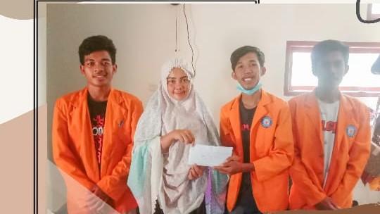 HMJ Pendidikan Bahasa Inggris UHO saat memberikan bntuan kepada ibu desa Batuganda