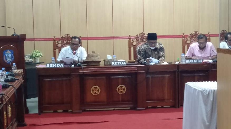Rapat kerja antara DPRD dengan Pemerintah Kabupaten Wakatobi berakhir ricu.