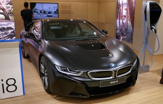 BMW i8 ima novo črno barvo.
