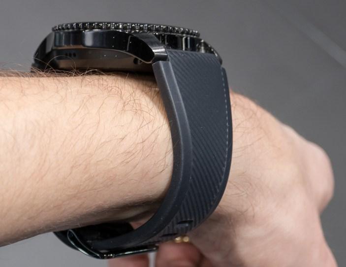 Gear S3 je za konkretna moška zapestja.