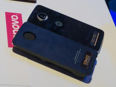 Dodatek na se na telefone Moto Z pritrdi magnetno in se dobro drži.