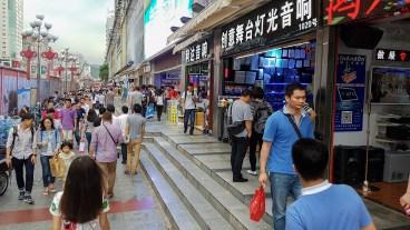Ulica Huaqiang je komaj prehodna, še posebej če osrednji del prenavljajo.