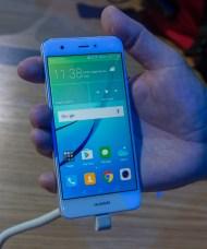 Huawei nova je eden ožjih telefonov, čeprav glede na leto ali dve stare sploh ni majhen in ozek.