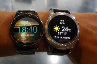 Stara in nova ura Gear S. Povečanje je vidno na prvi pogled, še bolj pa je občutno na roki.