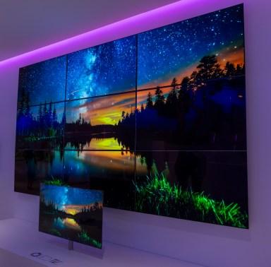 Zasloni OLED še vedno navdušujejo, ker jih imamo le redko priložnost videti.