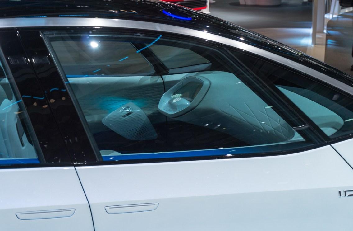 Notranjost konceptnega volkswagna zaznamuje volan, ki naj bi se ob avtonomni vožnji pospravil.