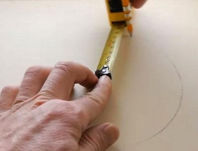 Ruletka izmeritelnaia s ukazaniem otverstiem v zatsepe